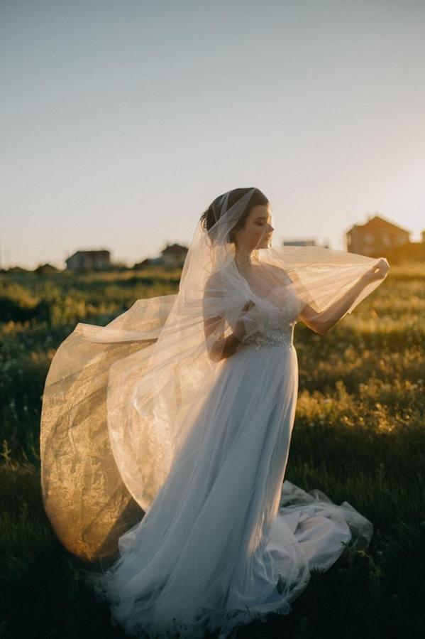 mariée portant voile en plein air