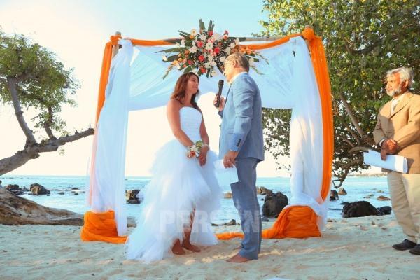 Robe de mariee plage courte devant longue derriere bustier droit jupe a volants