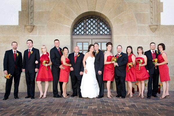 Robes demoiselles d honneur rouge et costumes noire